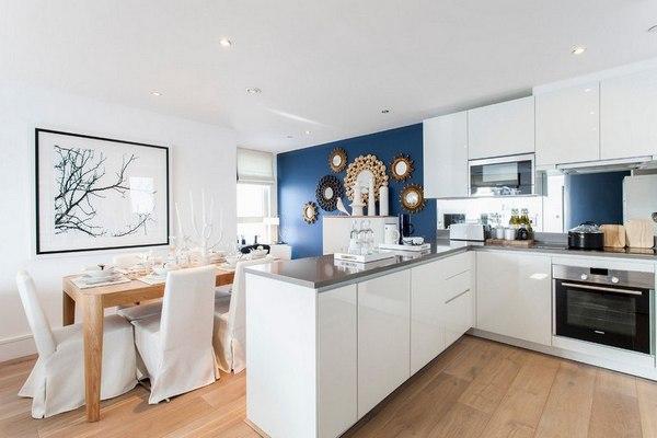 синяя акцентная стена на кухне