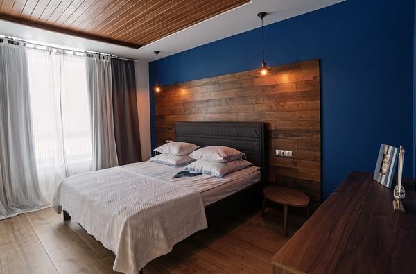 синяя акцентная стена в интерьере