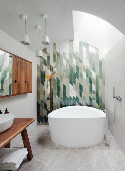 Зеленый кафель в ванной