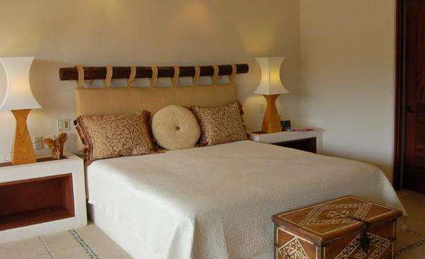 подушка в изголовье кровати