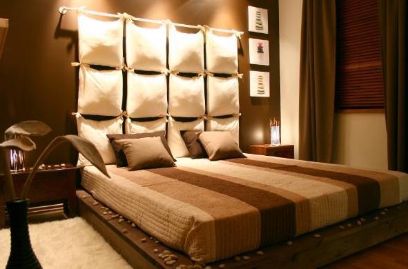 подушки на стене над кроватью