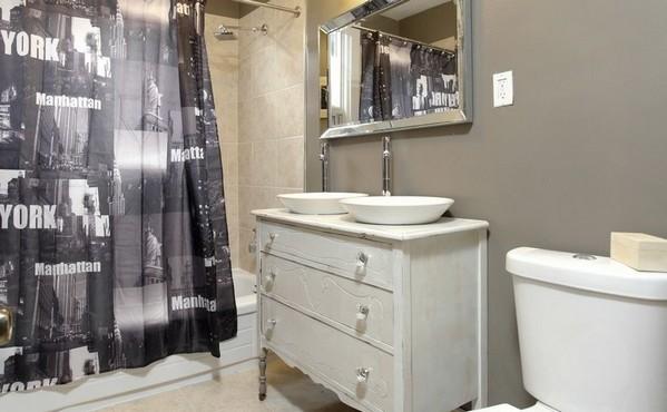 Чтобы сэкономить на ремонте ванной комнаты, можно караулить распродажи материалов, поджидать скидки, торговаться с мастерами и выполнять часть работ самостоятельно. Но, помимо этого, стоит рассмотреть и другие возможности. Предлагаем вашему вниманию несколько идей для бюджетного ремонта и обустройства ванной.