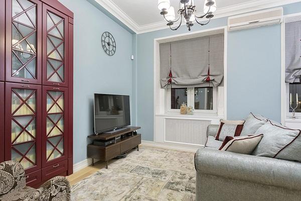 светло-голубая классическая гостиная
