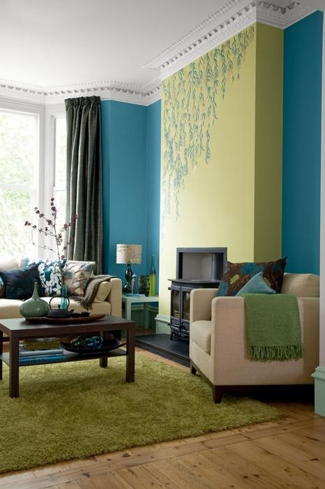ярко-голубые стены в гостиной