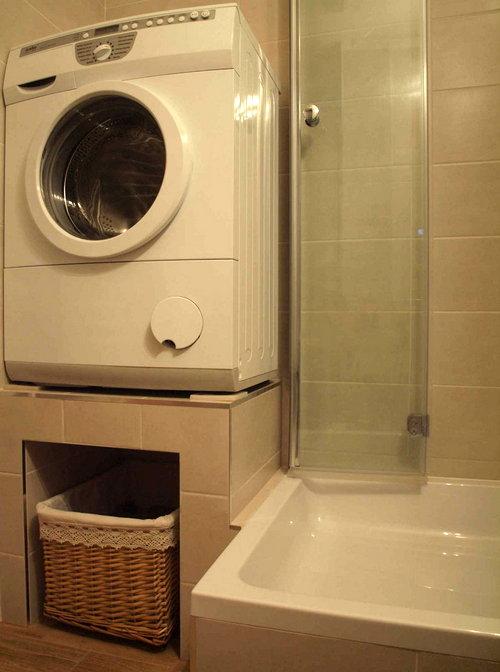 бельевая корзина в маленькой ванной
