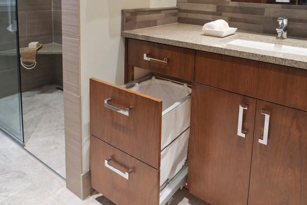 встроенная корзина для белья в ванной
