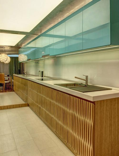 кухня с бирюзовыми дверцами