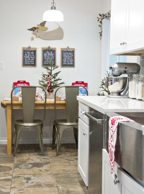 маленькая елочка на кухонном столе