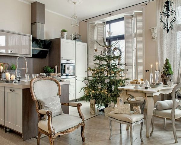 большая ёлка на кухне