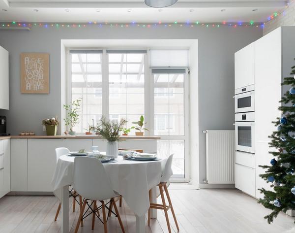большая новогодняя ёлка на кухне