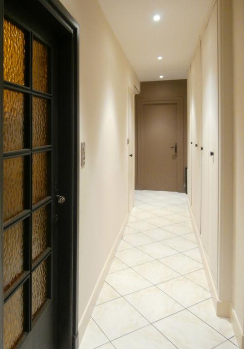 дверь и стена одного цвета