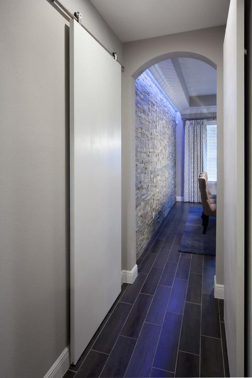 керамическая плитка на полу в коридоре