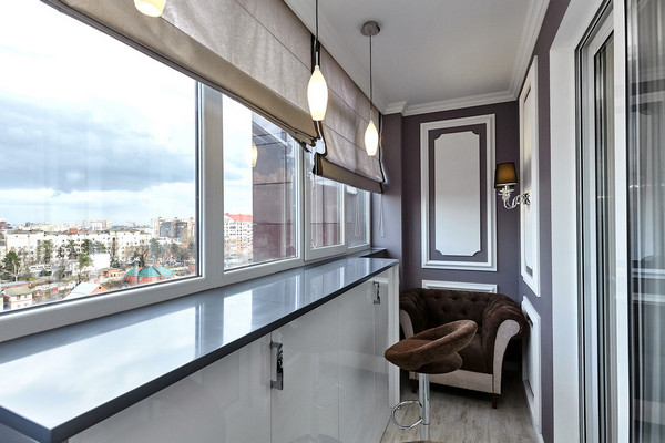 шкафчик под окном балкона