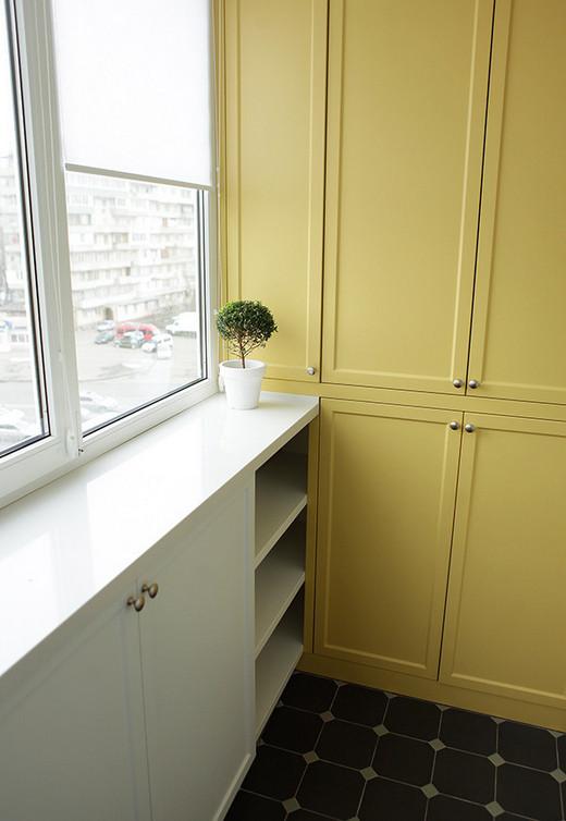длинный шкаф на балконе под окном