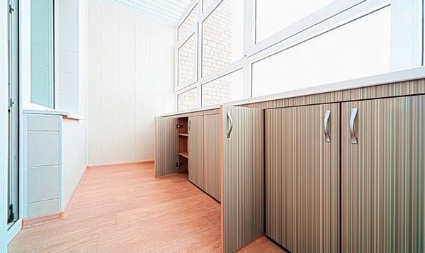 встроенные шкафчики под подоконником балкона