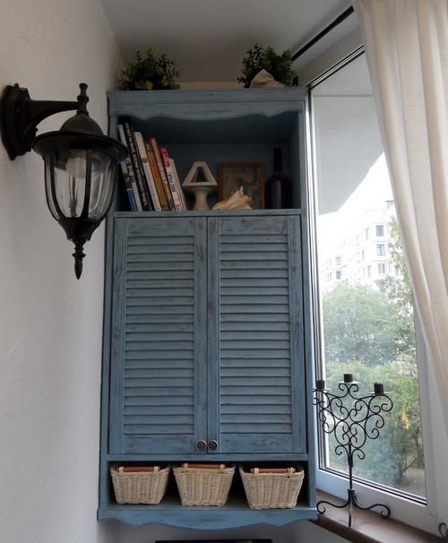 подвесной шкафчик на балконе