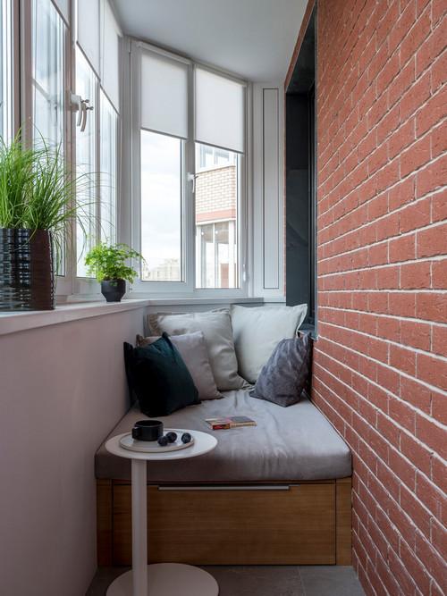 скамья с ящиком на балконе