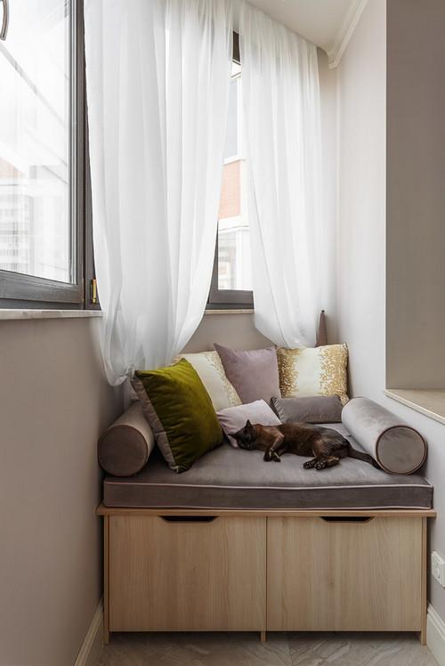 сиденье с ящиками на балконе