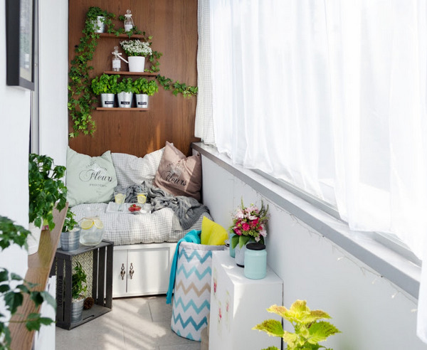 сиденье со шкафчиком на балконе