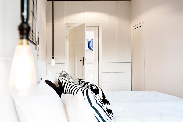 шкаф вокруг двери в спальне