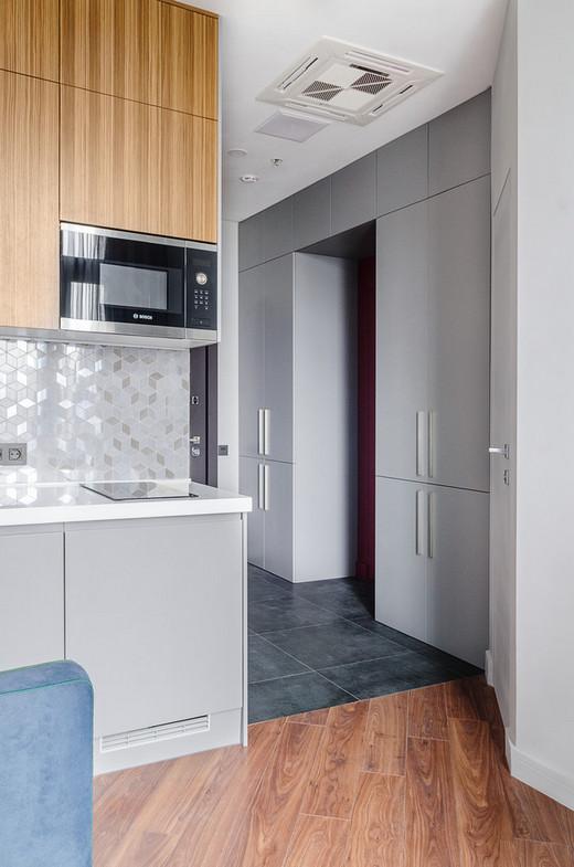 шкаф вокруг двери в коридоре