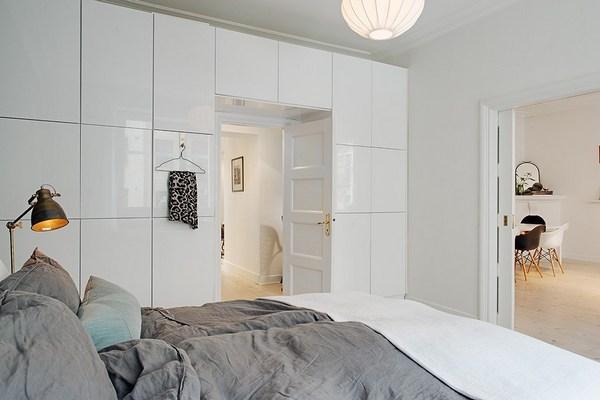 белый шкаф вокруг двери