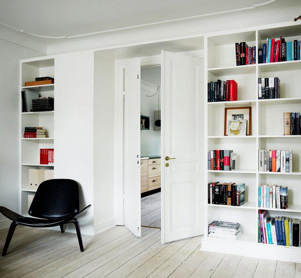книжный шкаф вокруг двери