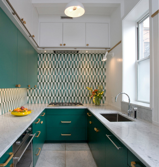 кухня с зелёными фасадами