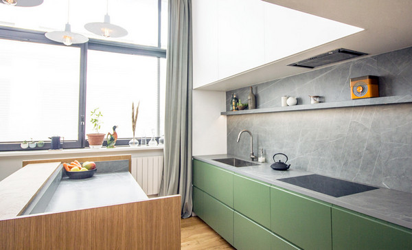 интерьер с зелёной кухней