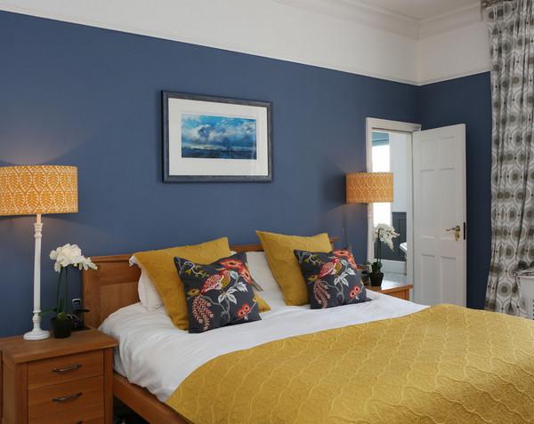комбинация желтого и синего в интерьере спальни