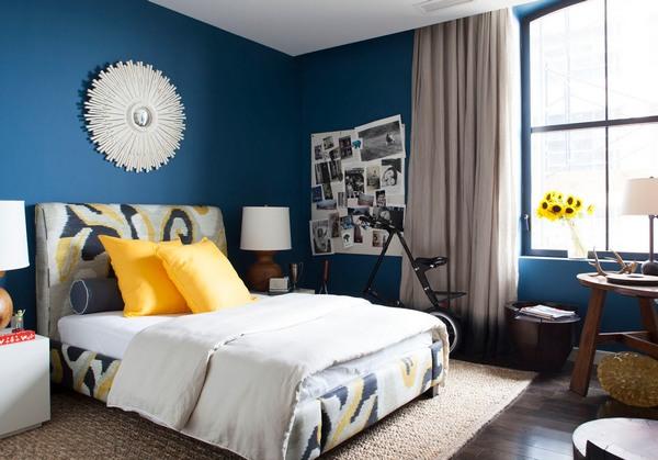 сочетание синего с желтым в интерьере спальни