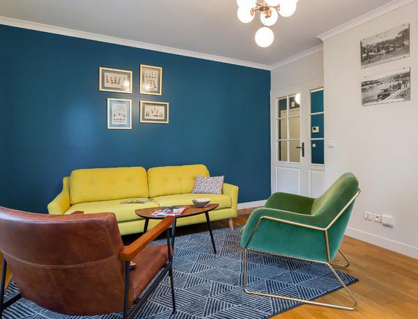 комбинация желтого с синим в гостиной