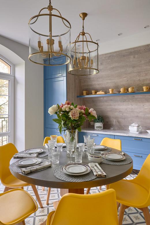 голубой с желтым на кухне