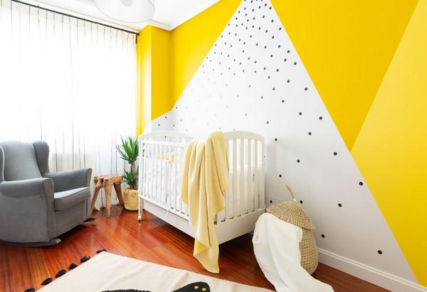 декорирование стены за детской кроваткой