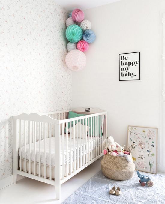 оформление стены возле кроватки новорожденного