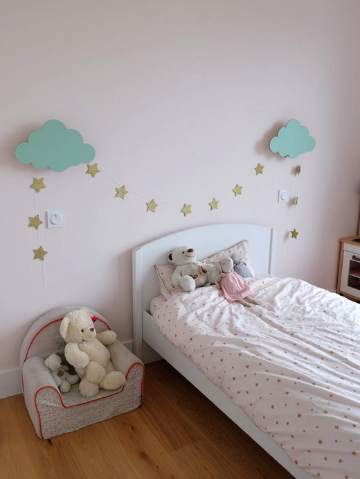 как оформить стену над кроватью девочки