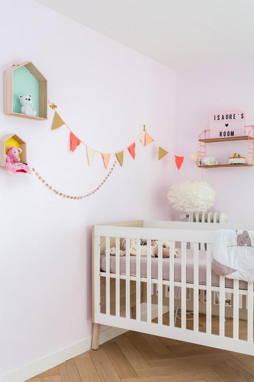 декор стены над детской кроваткой