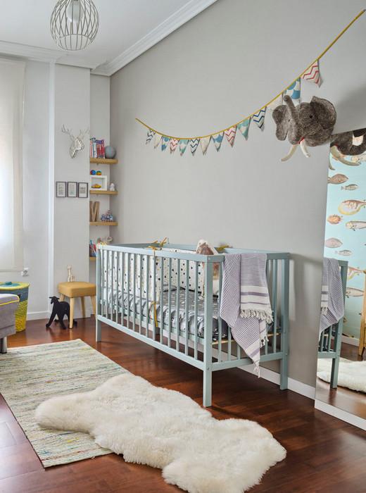 как оформить стену над детской кроваткой