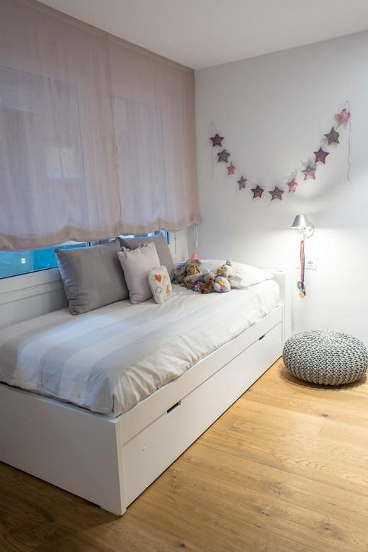 гирлянда на стене над детской кроватью