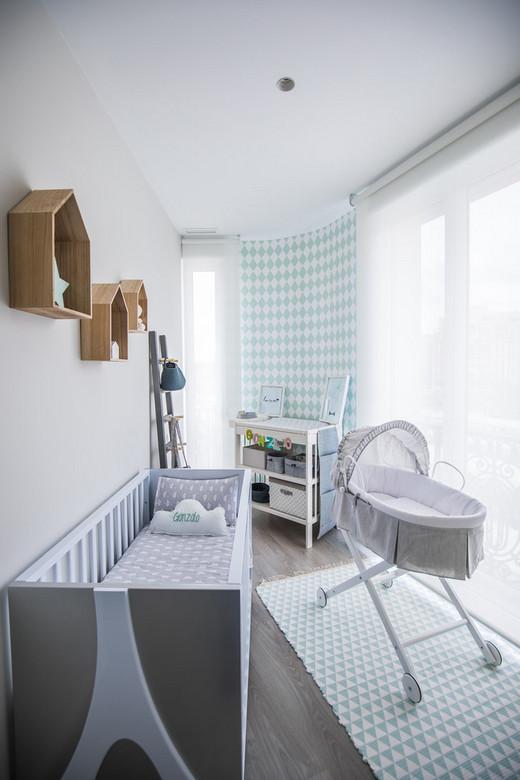 полочки над детской кроваткой