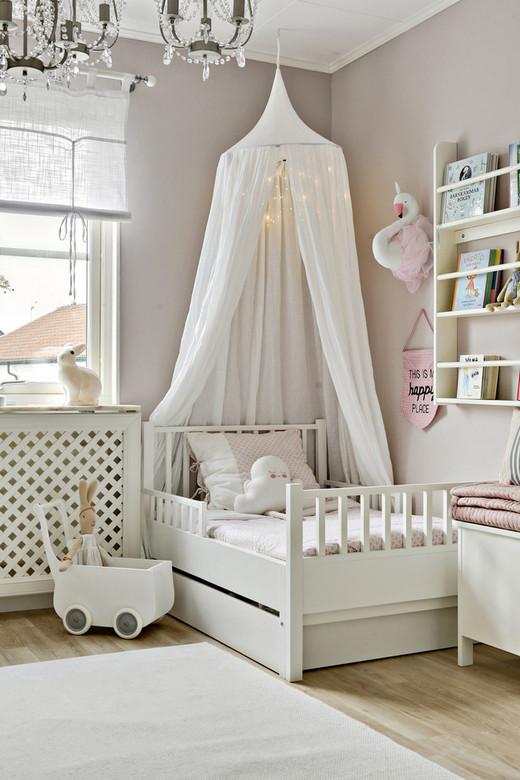оформление стены над кроваткой девочки