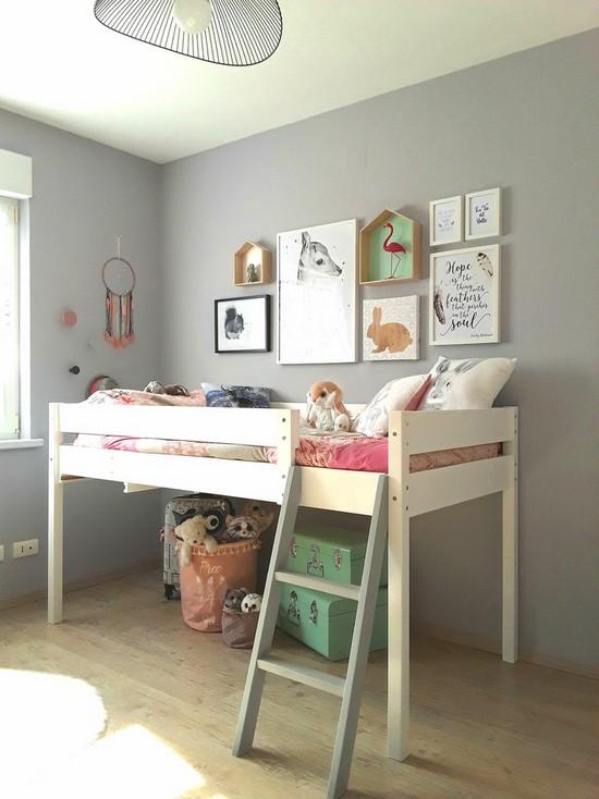 постеры и полочки над детской кроваткой