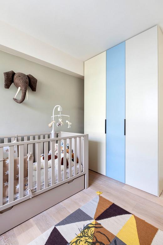 голова слона над детской кроваткой