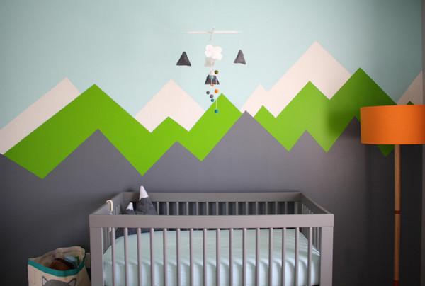 оформление стены за детской кроваткой