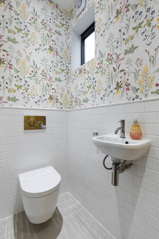 плитка и обои в туалете