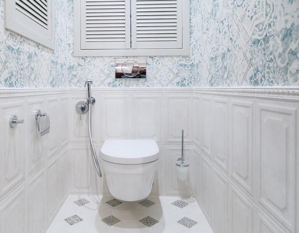 комбинация плитки и обоев в туалете