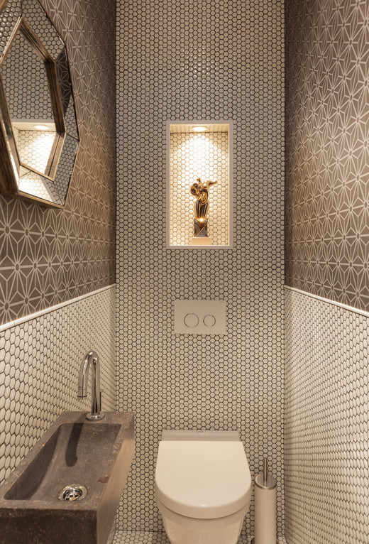 сочетание мозаики и обоев в туалете