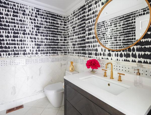 сочетание плитки и обоев в туалете
