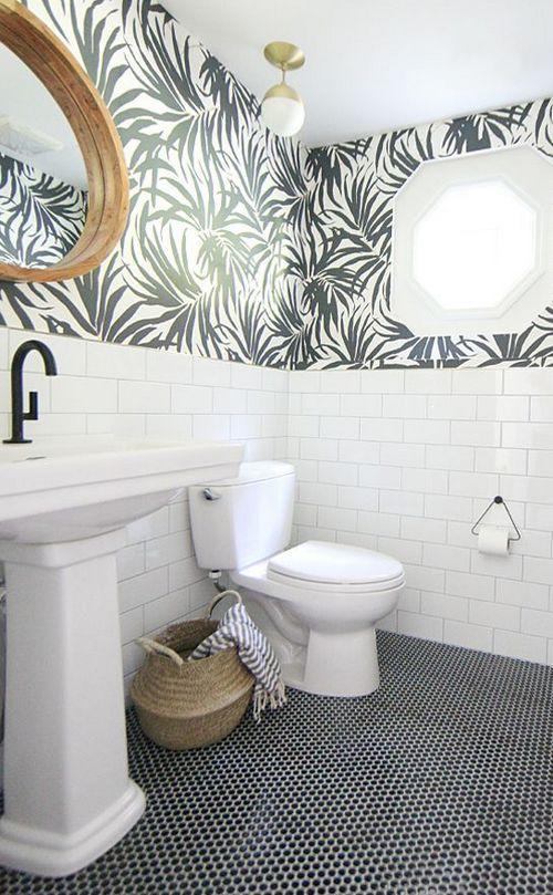 сочетание обоев и плитки в туалете