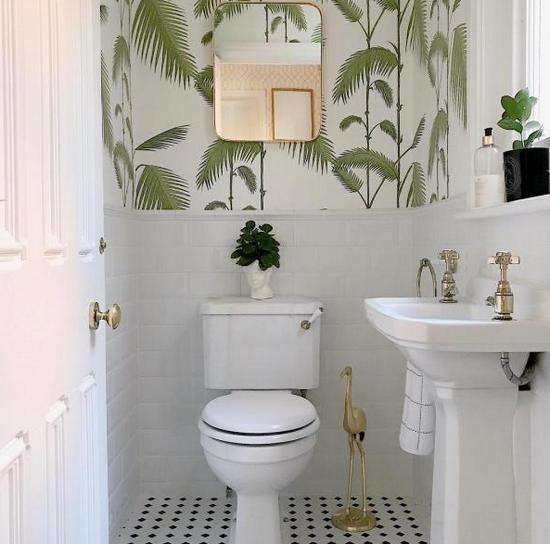 комбинация обоев с плиткой в туалете